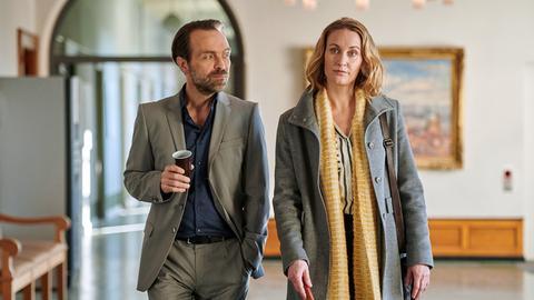 Staatsanwalt Rudi Illic (Aleksandar Jovanovic, r.) erweist sich in diesem Fall als harter Gegner, privat wird er Romy (Christina Athenstädt, l.) immer sympathischer.