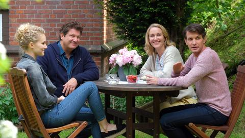 Im Garten der Villa Kleist: (v.l.n.r.) Luisa Ewald (Pauline Angert), Dr. Christian Kleist (Francis Fulton Smith), Tanja Ewald (Christina Athenstädt) und Dr. Michael Sandmann (Luca Zamperoni).