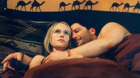 Sonja Arnold (Anica Dobra) hat sich in den Archäologen Erik Stolz (Francis Fulton-Smith) verliebt, doch sie ist traurig, weil er schon bald an Ausgrabungen in der Wüste teilnehmen wird.