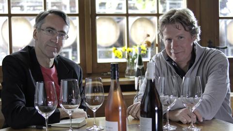 """Winzer Konrad Salwey (rechts) vom Weingut """"Salwey"""" und Moderator Stuart Pigott."""