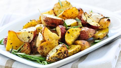 Ofenkartoffeln mit Rosmarin auf einem Teller.