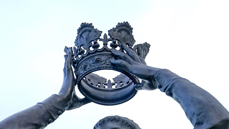 Statue mit Krone