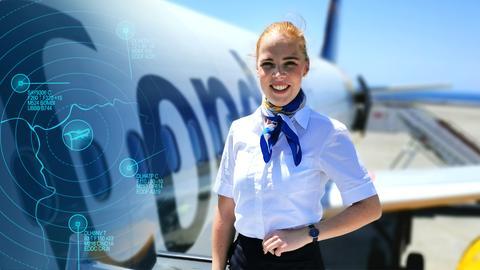 Flugbegleiterin Lara steht lächelnd vor der Tür ins Flugzeug
