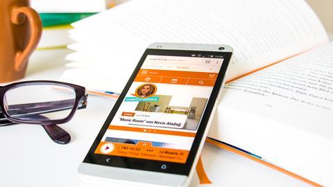 Zu sehen ist die hr2-App auf einem Smartphone.