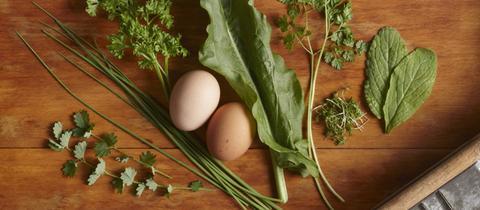 Eier und Kräuter auf einem Tisch
