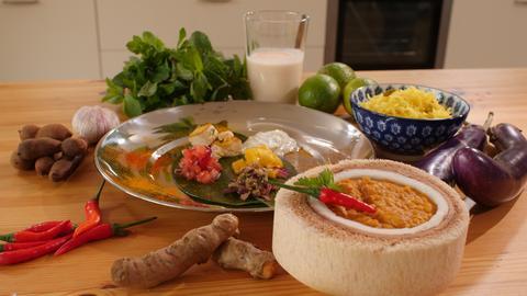 Indisches Dal mit verschiedenen Chutneys