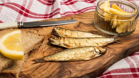 goldbraun geräucherte Fisch auf Holzbrett