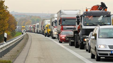 Autobahnstau mit LKW auf der A61 zwischen Gau-Bickelheim und Bad Kreuznach, Rheinland-Pfalz.