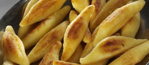 Schupfnudeln in Pfanne und Salat