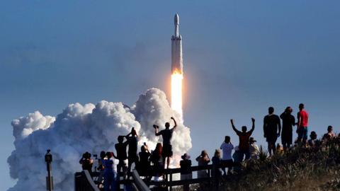 Die Großrakete «Falcon Heavy» des privaten US-Raumfahrtunternehmens SpaceX hebt nach mehrstündiger Verzögerung unter dem Jubel von Schaulustigen zu ihrem Jungfernflug ab. Die «Falcon Heavy» ist nach Angaben von SpaceX mit 70 Metern Länge und über 60 Tonnen Nutzlast die größte derzeit im Einsatz befindliche Weltraumrakete. Sie wurde von derselben Rampe in Cape Canaveral abgeschossen, die einst von der erfolgreichen bemannten Mondmission Apollo 11 genutzt worden war.