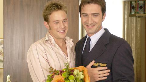 Philipp (Oliver Clemens, li.) stellt seiner Familie seinen Freund vor: Den Franzosen Michel (Alexander Grünwald).