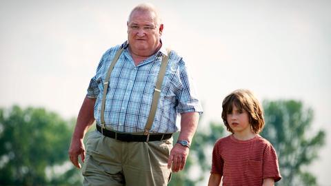 Krause (Horst Krause) erklärt Paulas kleinem Sohn Timo (Cai Cohrs), warum Elsa manchmal so vergesslich ist.