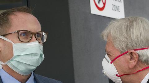 Bouffier und Klose tragen Mundschutz