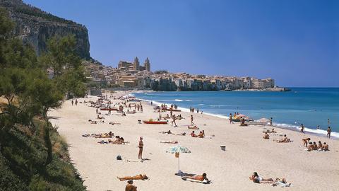 Panoramablick auf den Strand von Cefalu und seine Badegäste.
