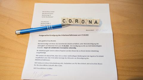 Fristgerechte Kündigung des Arbeitsverhältnisses wegen Coronavirus (Musterbild).
