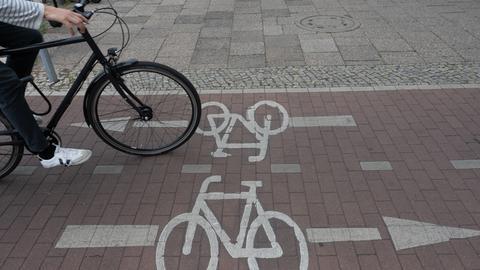 Ein Fahrradfahrer befährt den Radweg, der für beide Fahrtrichtungen gilt.