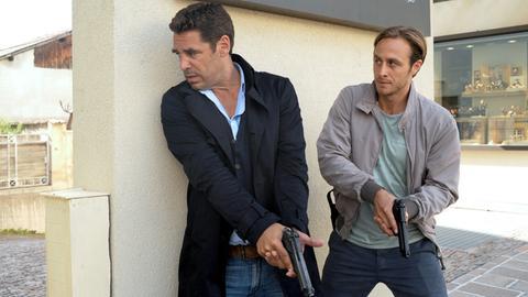 Matteo (Tobias Oertel, li.) und Jonas Kerschbaumer (Gabriel Raab) bei einem gefährlichen Einsatz.