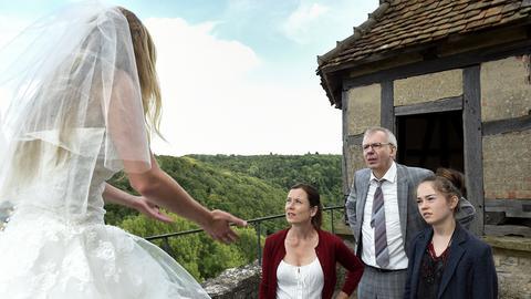 Das Brautpaar Marie (Teresa Klamert) und Daniel (Moritz von Zeddelmann) warten mit Julia (Inka Friedrich) vergeblich auf Papa Schwegler und Papa Dillinger.