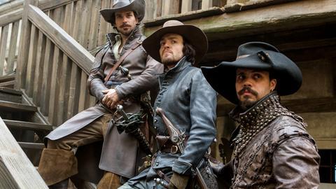 Von links nach rechts: Aramis (Santiago Cabrera), Athos (Tom Burke) und Porthos (Howard Charles)