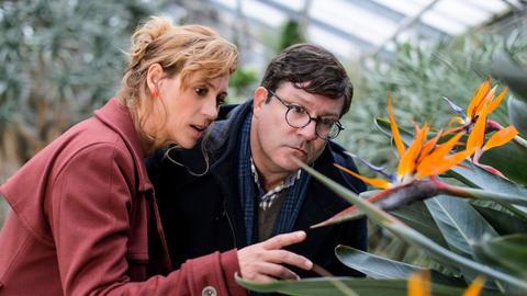 Blumenhändlerin Tina (Carin C. Tietze) ist leidenschaftliche Floristin und Blumenzüchtering und zeigt Armin (Francis Fulton-Smith) ihren ganzen Stolz.