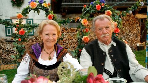 Josef (Franz Buchrieser, li.) und seine Frau Hedwig (Enzi Fuchs) sind froh darüber, dass ihr Sohn wieder zu ihnen zurückgekehrt ist.