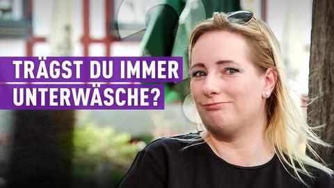 strassenstar-Kandidatin mit Schriftzug: Trägst du immer Unterwäsche?