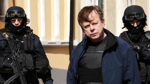 Kurt Wallander mit vermummten Polizisten einer Spezialeinheit.