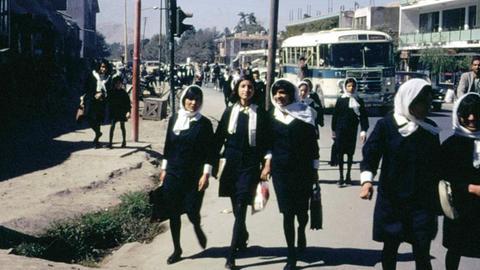 Afghanistan - Unser verwundetes Land Afghanische Schulmädchen in Kabul auf dem Weg zur Schule, Afghanistan 1967/68