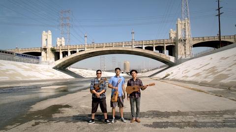 """Die 'chicano' Band """"Las Cafeteras"""", aus dem Arbeiterviertel der Stadt, im Betonbett des Los Angeles Rivers."""