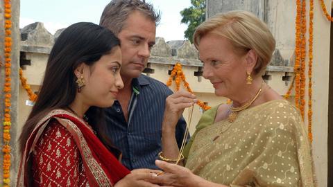 Anna Landsberg (Ruth Maria Kubitschek, re.) hat Savita (Richa Saraswat), die Braut ihres Sohnes Andreas (Florian Fitz), tief in ihr Herz geschlossen.