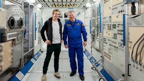 Tobi (links) und Raumfahrer Reinhold Ewald im Forschungsmodul der ISS in Köln.