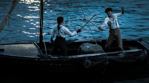 Calvina (Christina Chong) trainiert Nicu (Lance West) sogar auf hoher See.