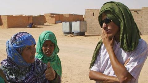 Mohamed Sulaiman (rechts / er lebt im Camp Smara) unterhält sich mit Frauen aus dem Camp