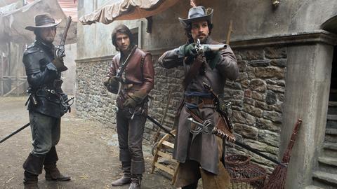"""In dem Verbrecherviertel """"Hof der Wunder"""" sind nicht einmal mutige Männer wie Athos (Tom Burke, li.), Aramis (Santiago Cabrera, re.) und D'Artagnan (Luke Pasqualino, Mitte) sicher."""