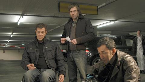 Spurensuche: Cem (Ercan Durmaz, r.), Pit (Daniel Wiemer, mitte) und Wallner (Sven Martinek, l.) am Tatort in der Tiefgarage. (Hintergrund: Statisten)