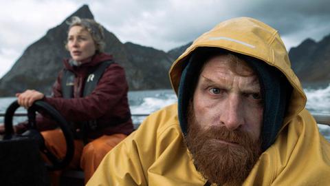 Der Schock sitzt tief: Ingrid (Rebekka Nystabakk) bringt ihren Schwager Eric (Kristofer Hivju) nach Hause.