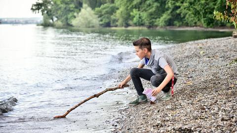 Neles Sohn Niklas (Noah Calvin) fischt Geldscheine aus dem Bodensee.