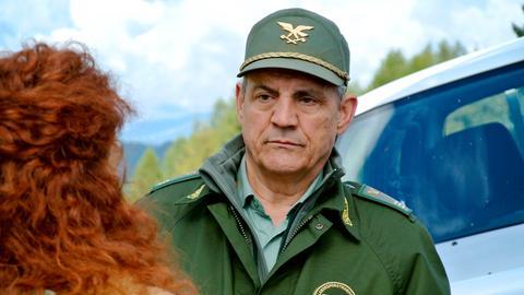 Roccia (Francesco Salvi) fällt es schwer auf seinen Freund Pietro verzichten zu müssen. Aber er ist berufen worden, die Vertretung für den suspendierten Forstkommandanten vorübergehend zu übernehmen.