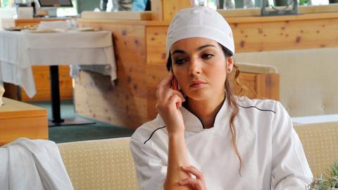 Chiara (Claudia Gaffuri) ist bestürzt. Ihr Chef, der Sternekoch Reuter, hat sich in eine unüberlegte Affäre mit einer Journalistin gestürzt.