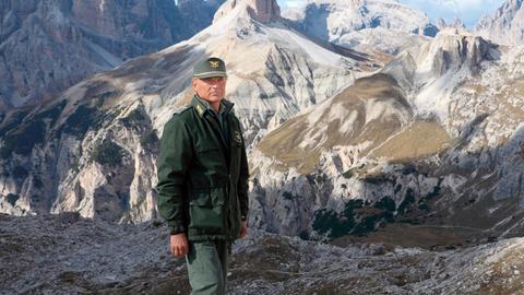 Forstkommandant Pietro (Terence Hill) sucht in der gesamten Umgebung von Innichen nach dem vermissten Mädchen.