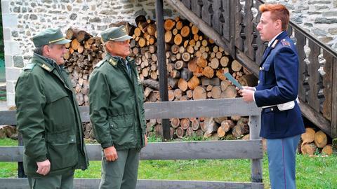 Huber (Gianmarco Pozzoli) gibt gerne Neuigkeiten an die Forstwache weiter. Pietro (Terence Hill, Mitte) und Roccia (Francesco Salvi) erfahren auf diese Weise von dem Mord an Manfred Plank.