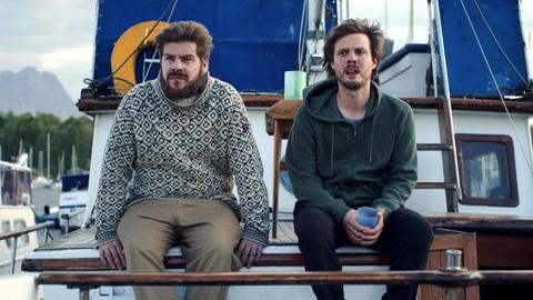 Trond (John Emil Jørgensrud) erzählt Frank (Gunnar Eiriksson, r.), dass Adam ein anderer geworden ist.