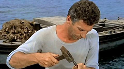 """Während die Kollegen sich auf traditionelle Weise mit ihren Netzen abmühen, vertraut Squarcio (Yves Montand) auf eine ertragreichere Methode: Er fischt mit eigenhändig präparierten Sprengkörpern aus alter Kriegsmonition. Doch die """"Bombenfischerei"""" ist streng verboten und außerdem lebensgefährlich."""