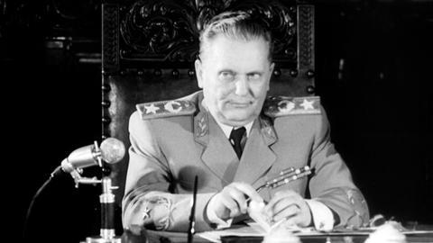 Der jugoslawische Präsident Josip Broz Tito während eines Interviews.