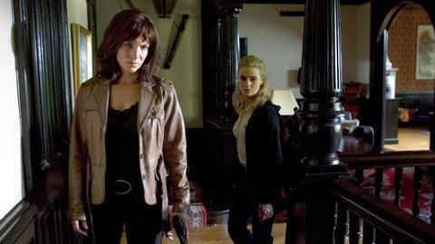 Irene Huss (Angela Kovas, li) und ihre Kollegin Birgitta Moberg (Emma Swenninger, re) finden im Pfarrhaus zwei Leichen.