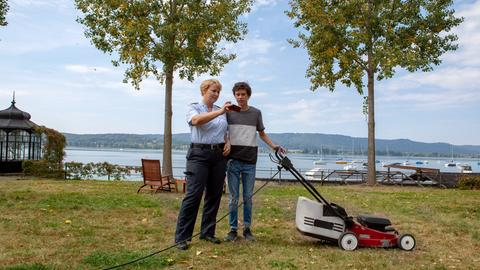 Niklas (Noah Calvin, r.) erklärt seiner Mutter Nele Fehrenbach (Floriane Daniel, l.) den Hype um eine Clique von jungen Wassersportlern, die mit spektakulären Video-Clips für mächtig Traffic im Netz sorgen.