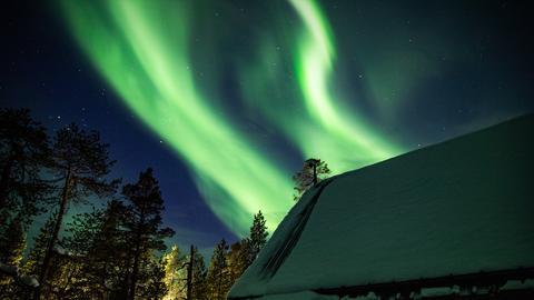 """Im Winterhalbjahr flimmert """"Aurora Borealis"""", das Polarlicht, nachts über den Horizont. Sonnenstürme, die ihre Energie auf die Erde schicken, sorgen für das faszinierende Phänomen. Hoch im Norden Europas zieht das Naturschauspiel die Menschen seit Jahrtausenden in seinen Bann."""