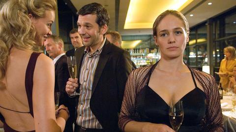 Der Fischhändler Hansen (Uwe Ochsenknecht) und seine Frau Monika (Petra Kleinert, re.) wissen gar nicht, wie ihnen geschieht, als Corinna (Sonsee Neu) Hansen plötzlich hemmungslos ihre Liebe gesteht...