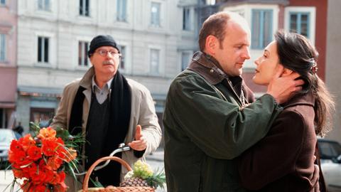 Josef Heiss (Friedrich von Thun, li.) ist entsetzt: Sein bester Freund Andreas (Oliver Stokowski) hat eine Affäre mit seiner geschiedenen Frau Barbara (Julia Stemberger).