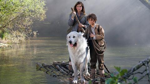 Mit dem Floß übers Wasser in einem brennenden Wald? Kein Problem für das mutige Trio. - Sebastian (Félix Bossuet, r) und Gabriela (Thylane Blondeau).